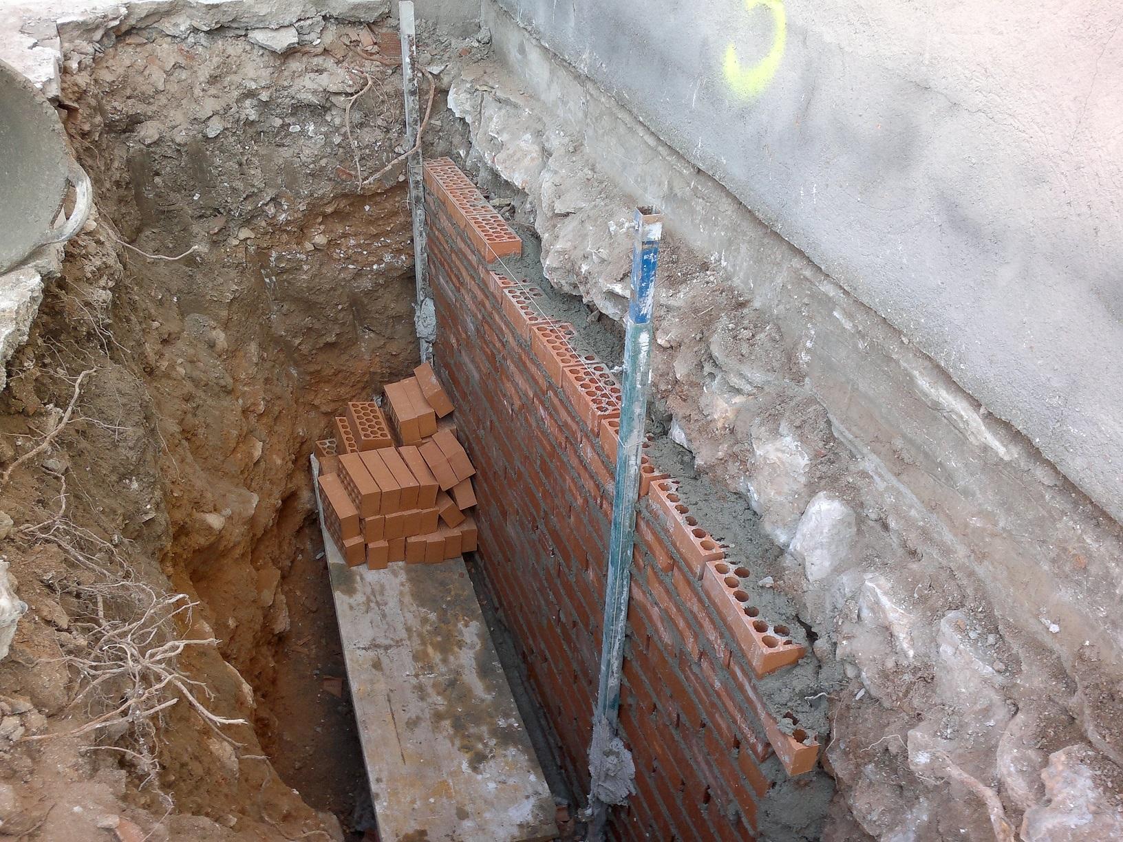 Afianzamiento de muro por daño humedad.jpg